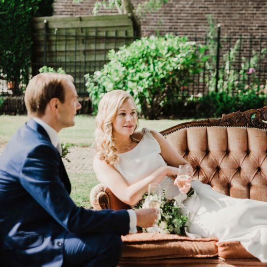 Bruidspaar op vintage bank